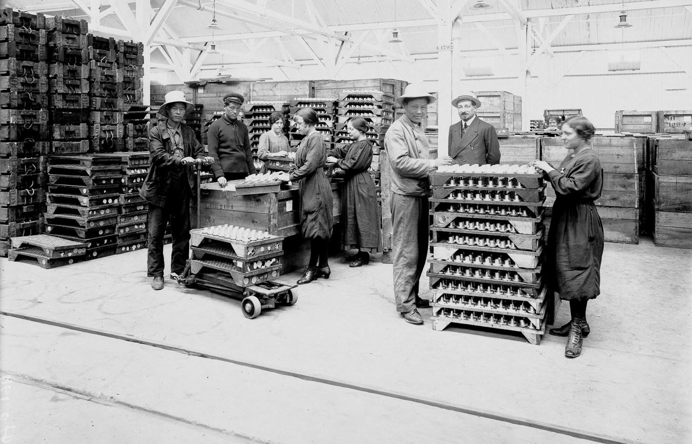 Guerre 1914-1918 : femmes et ouvriers chinois travaillant dans une usine française d'armements
