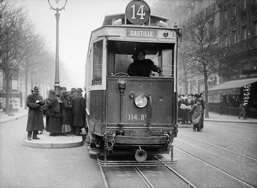 Guerre 1914-1918. Femme conductrice de tramway. Paris.