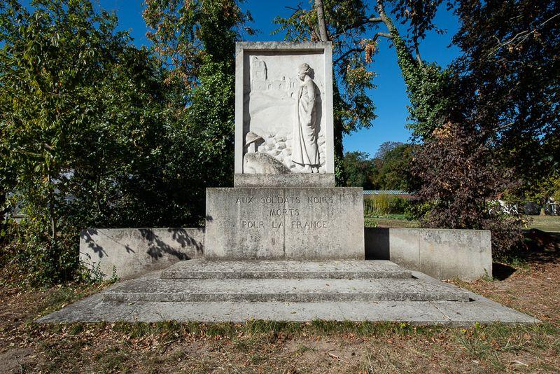 Monument en hommage aux soldats noirs dans le Jardin d'agronomie tropicale