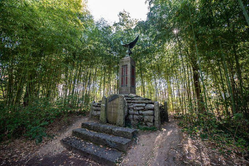 Monument en l'honneur des soldats malgaches dans le jardin d'agronomie tropicale
