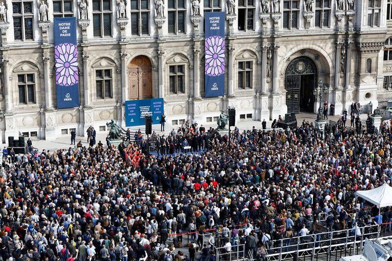 Hommage Notre Dame devant l'Hôtel de Ville